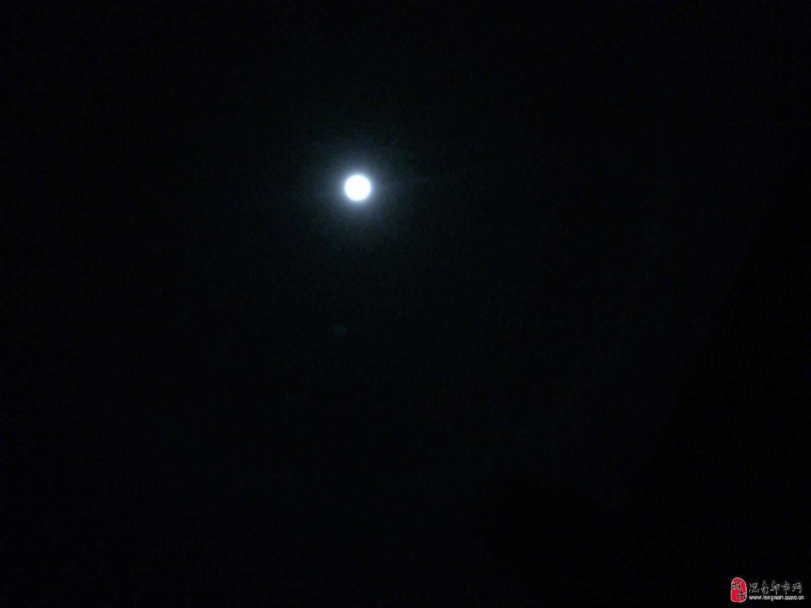月亮旁边的云圈,和布置有规律的星星