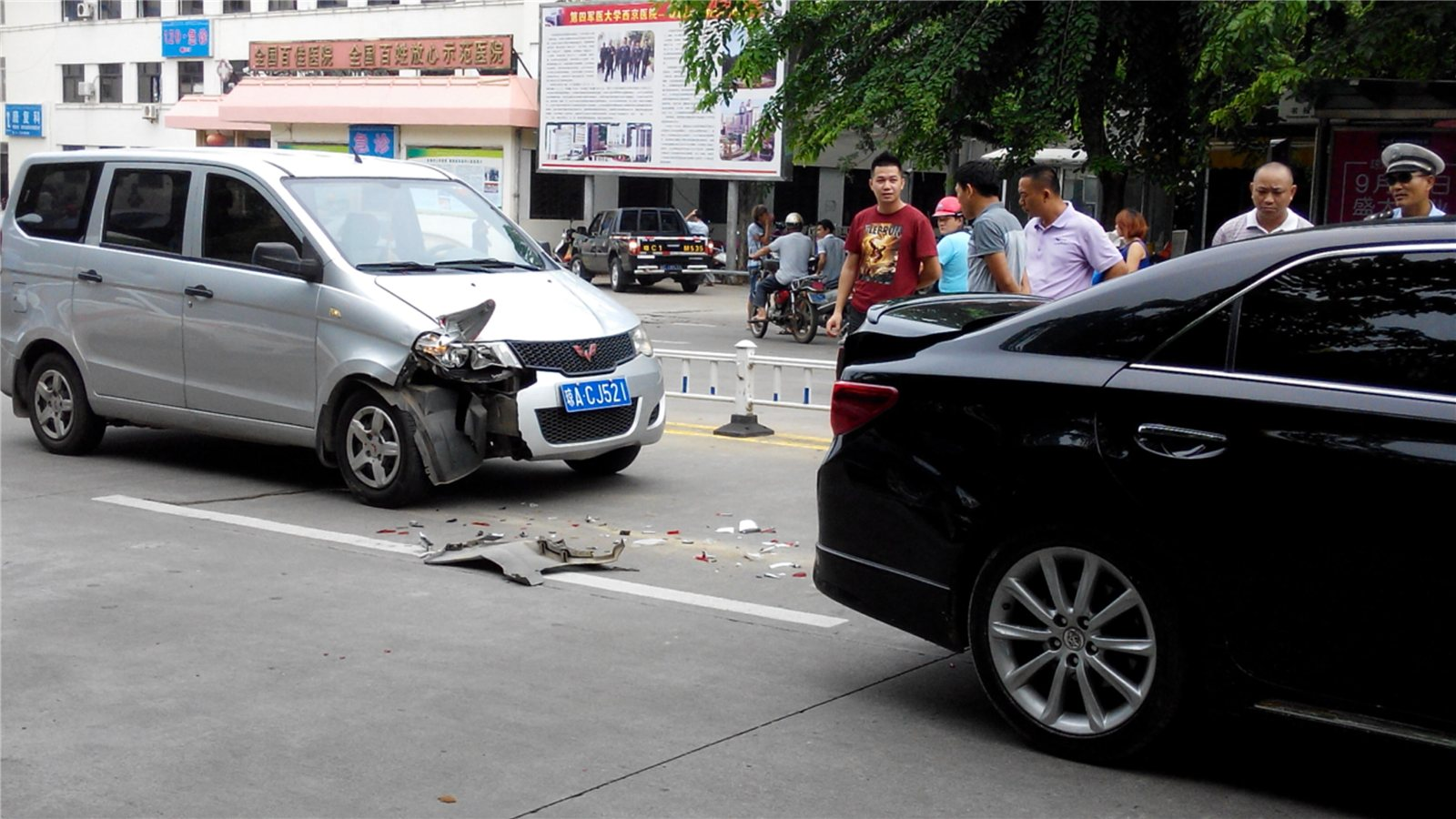 路边新闻 市医院门前发生汽车追尾事故 图高清图片