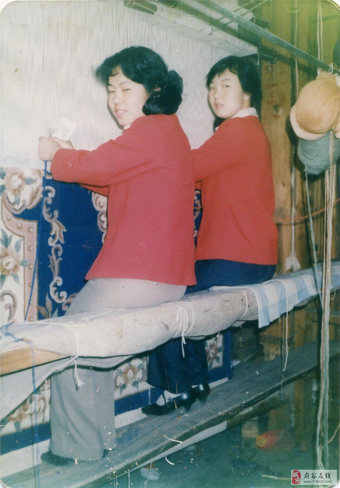 当前,有很多传统的手工艺都濒临失传,比如擀毡、打铁、柳编、织地毯等等。从事这些行业的手艺人过去都很吃香,但如今却正在失去了往日的辉煌。 家住府谷镇大沙沟的韩丽荣今年47岁,现在是一位理发师。16岁时,正值青春年华的她进入了位于府谷镇马道崖的地毯厂,成为一名地毯厂员工。在地毯厂工作9年后,终于历练成为织地毯的行家里手,可以织出很漂亮的地毯。 1984年我刚进入地毯厂的时候,厂里一共有400多人,都是用手工织地毯,那时候咱们县里只有这一家地毯厂,是公家开的。韩丽荣说。 地毯编织是一项传统手工工艺,工序比较复