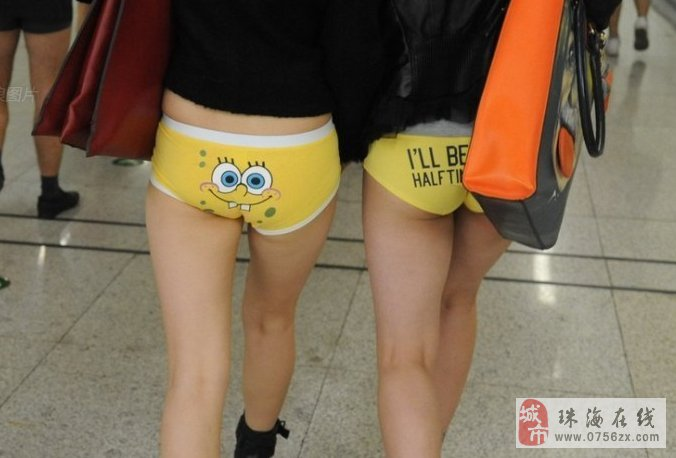 """地铁一号线车上,用""""无裤""""的快闪方式宣传公益环保。"""