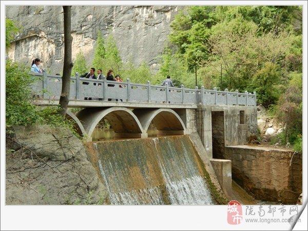 西狭颂风景区,位于成县西13公里处的天井山麓,鱼窍峡中.