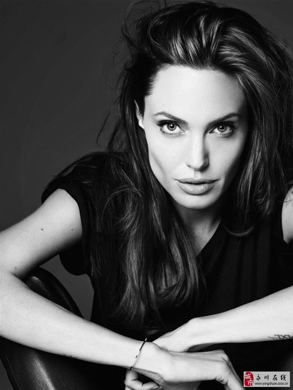 安吉丽娜朱莉上演制服诱惑 性感拍摄黑白大片