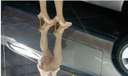 穿短裙的美女不能去镜子地面叉腿