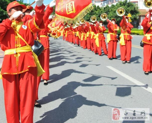 妈祖文化活动周的两岸妈祖信众在福建省莆田市湄洲岛举行民俗踩街活动