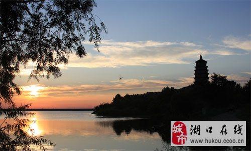 旅游资源丰富市区西部以红瓦绿树碧海蓝天的优美城市风貌为特色