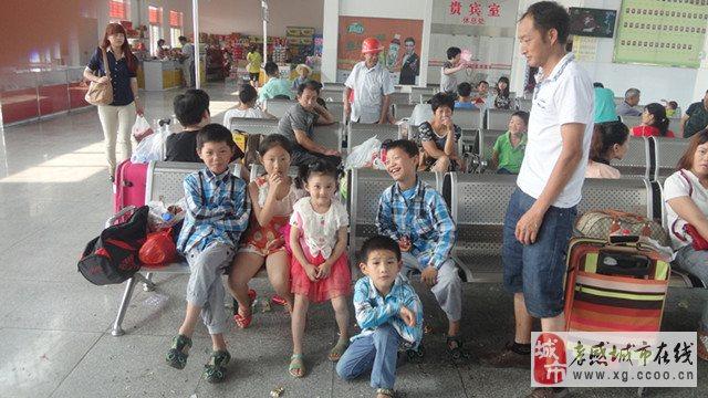 安陸汽運服務車護送留守兒童到父母打工地團聚過暑假