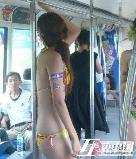 俩美女不穿衣服坐公交