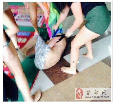 女子疑似小三被扒衣围殴引众人围观