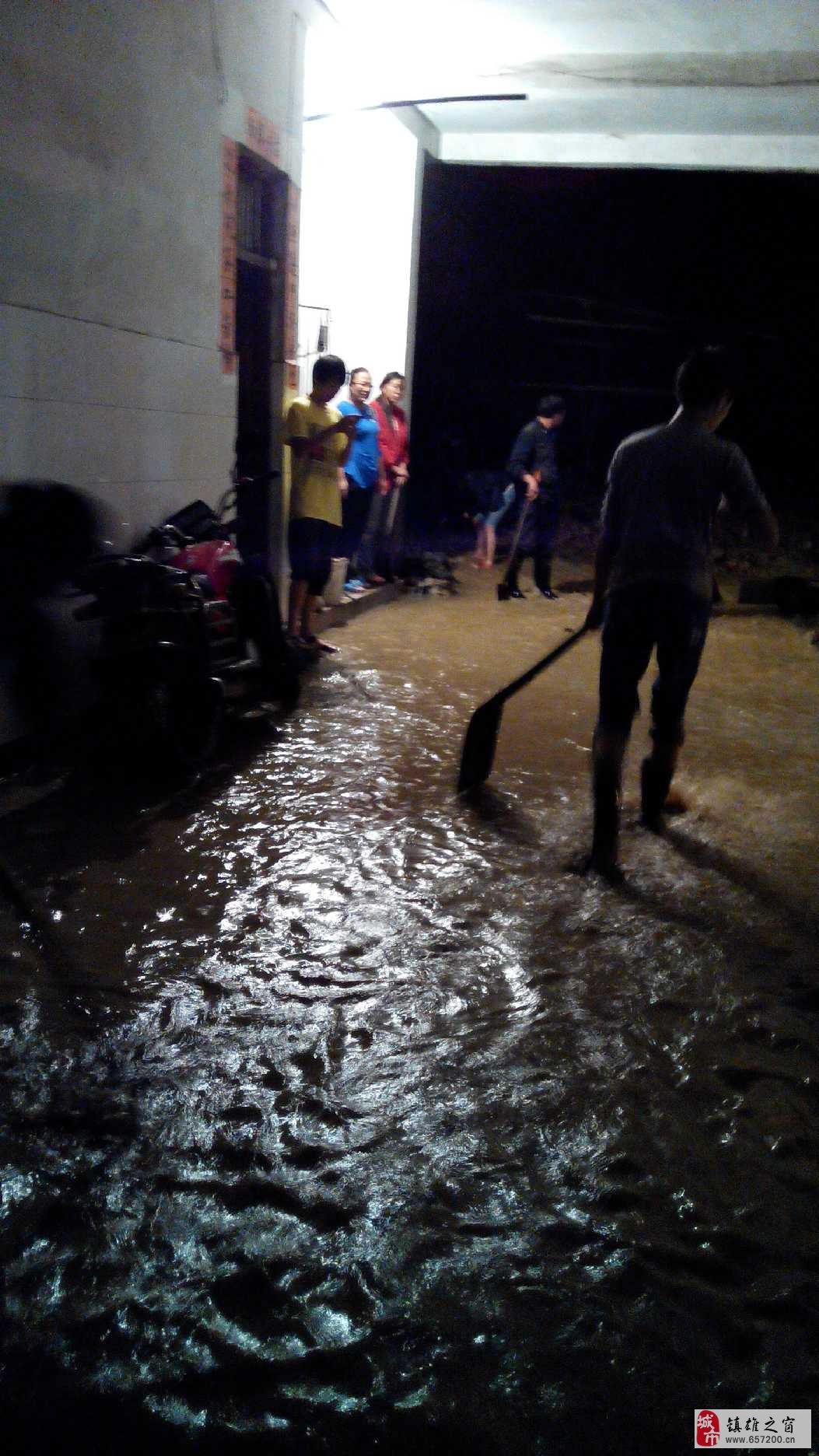 镇雄洪水来临,廉租房一侧家居受险!