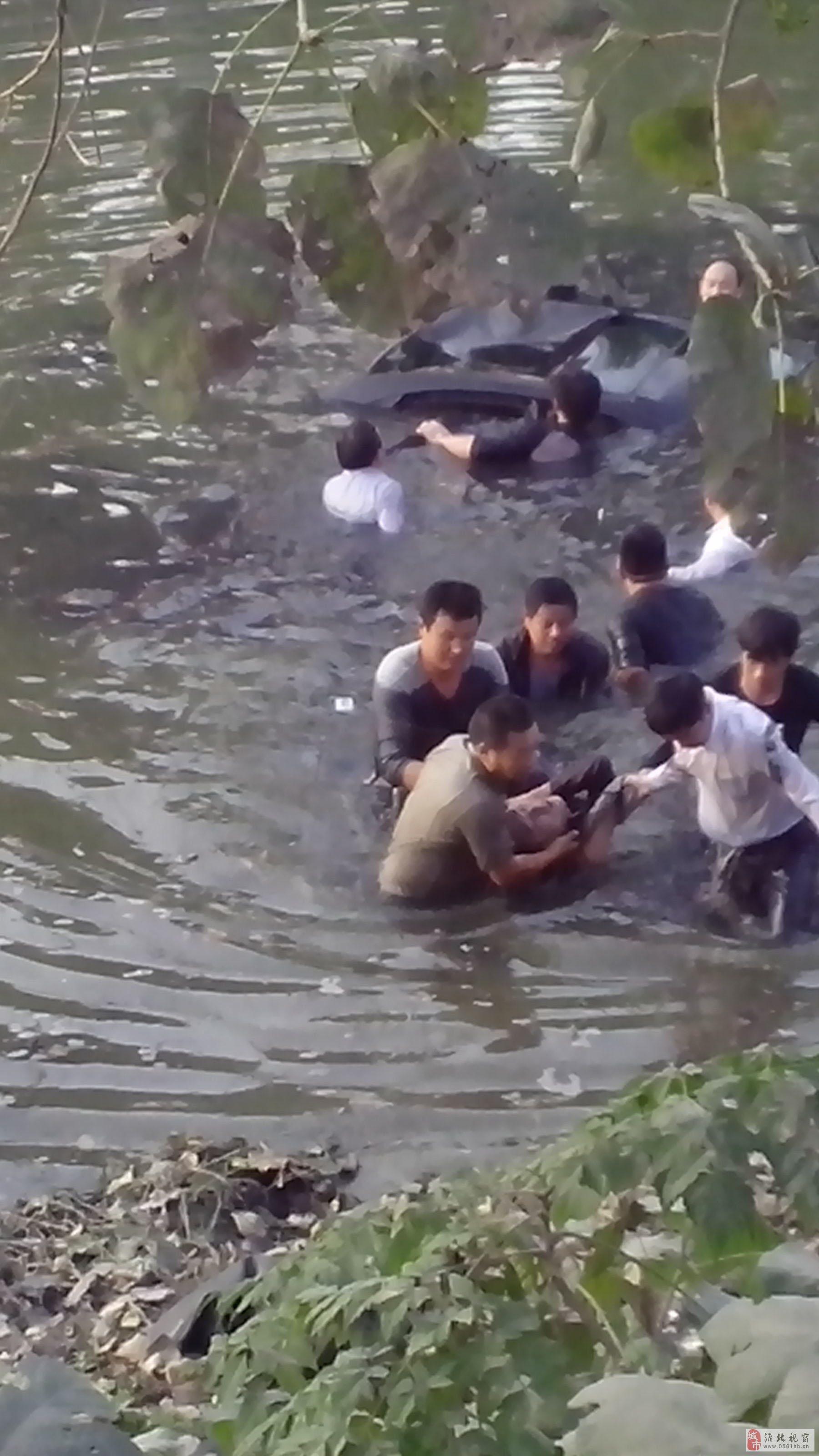 """淮北市童亭矿一轿车""""失足""""跌入河中、多名矿工勇救落水者"""