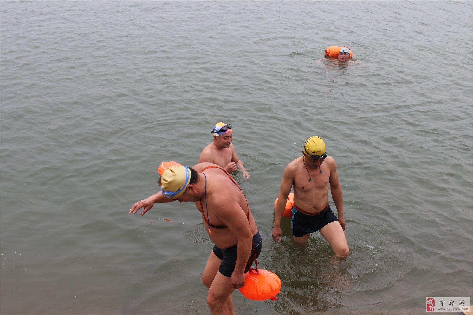 这么冷的天气你敢冬泳吗?看看大霍邱冬泳俱乐部的猛男们~