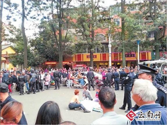 镇雄籍独臂男被昆明城管街头追打上千市民围观(图)