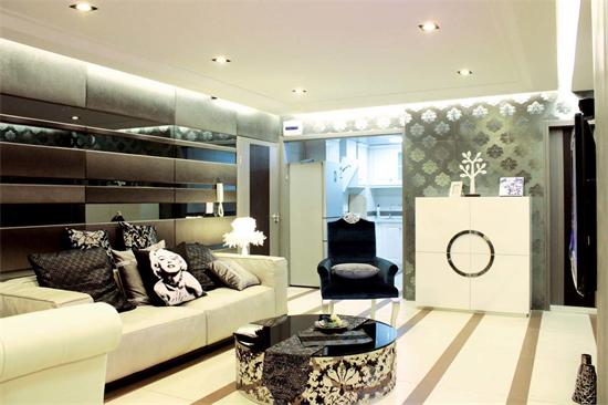 除了壁纸以外,客厅颜色有乳白、白、黑、金属灰,多种颜色的搭配不但做到了丰满还没有凌乱的感觉,这在视觉上打造了层次感。在客厅家具的选择上稍有偏简欧风格,继承了欧式的浪漫也没有抛弃现代生活的简约和舒适。 电视墙