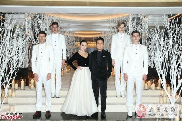 刘嘉玲庆49岁生日 自戴皇冠扮女王印上英镑