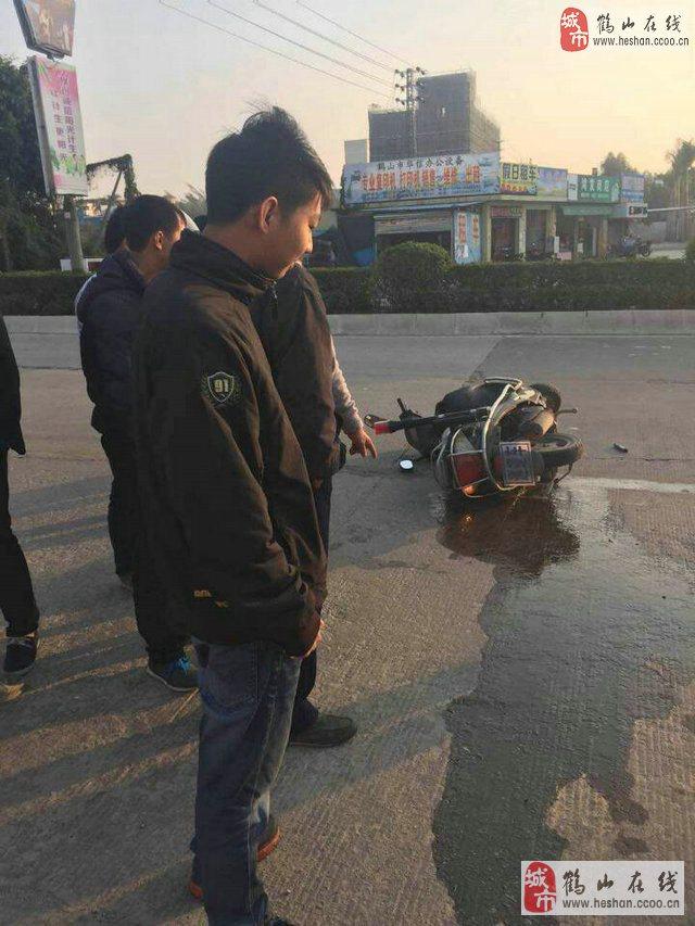 鹤山鹤城镇福茂广场小车与巡逻车碰撞!
