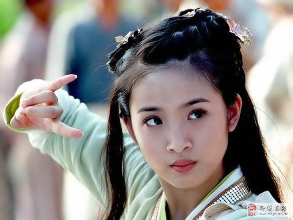 林依晨(Ariel Lin),演员,歌手,1982年10月29日出生于台湾省宜兰县,2000年参加第一届捷运超美少女比赛夺冠,2003年凭借《飞跃情海》入围金马奖最佳女主角及最佳新演员。2008年和2012年分别凭借《恶作剧2吻》和《我可能不会爱你》两次获得金钟奖戏剧节目女主角奖。2009年10月发行了首张个人专辑《幸福遇见》。2010年8月发行第二张专辑《美好的旅行》。2014年10月29日,林依晨与林于超在台湾举行订婚仪式。2014年12月24日,林依晨与林于超在台北正式举行婚礼。