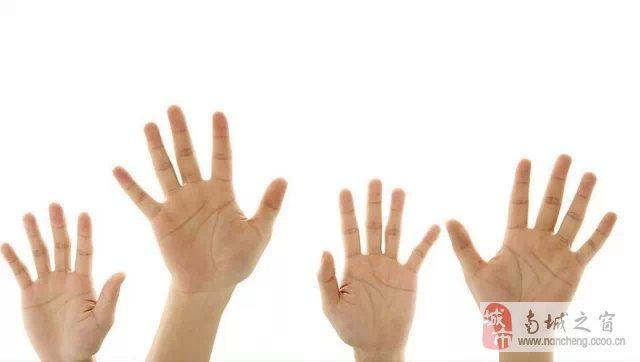 把自己的手伸直(男左女右,手掌向自己),看一看小拇指的三节之中,哪一