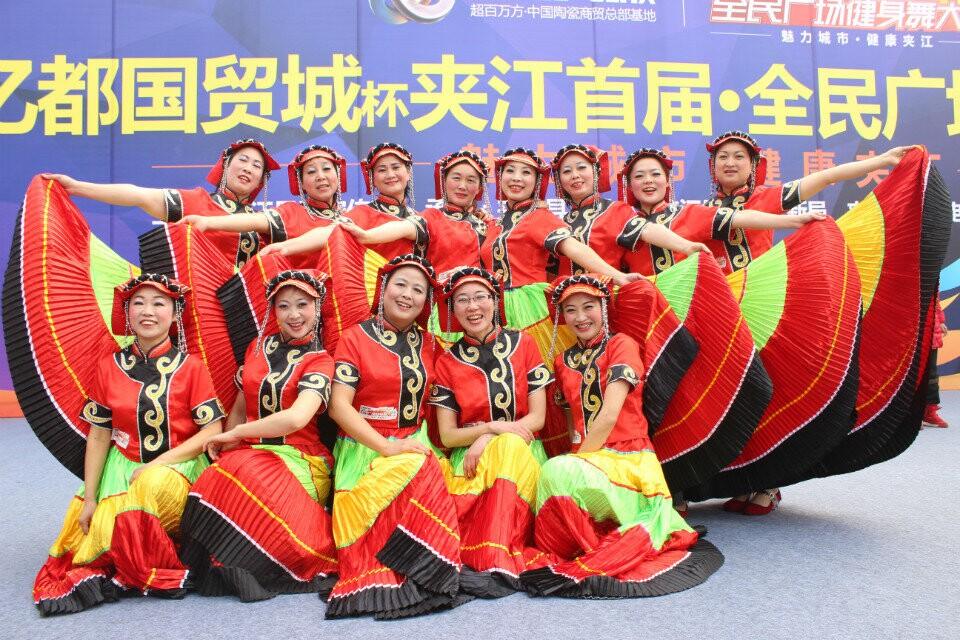 2015年1月16日玫瑰舞蹈队夹江广场健身舞大赛