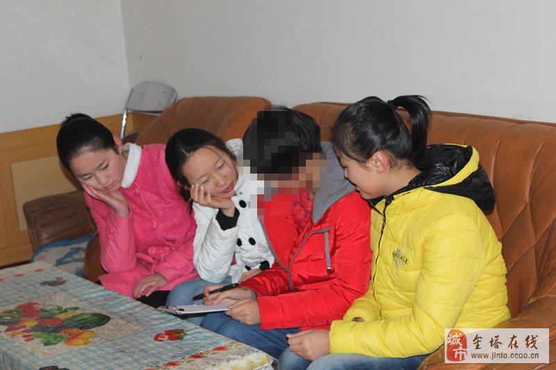 金塔县中学高二年级的3名同学走进了赵海燕同学的家