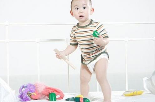 宝宝半岁的时候,妈妈就可以训练宝宝自己用手拿饼干