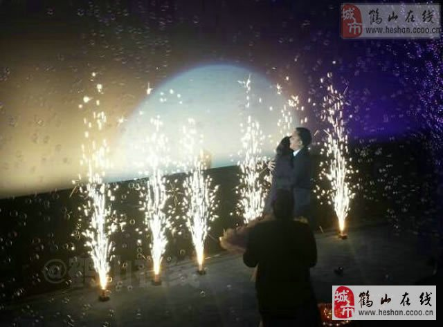 【实拍】鹤山广场四楼大地影院有人求婚!非常感人!