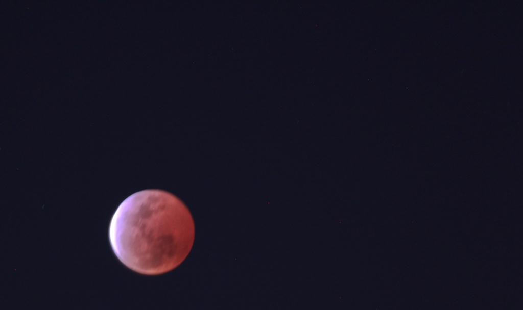 今晚天空出现红月亮