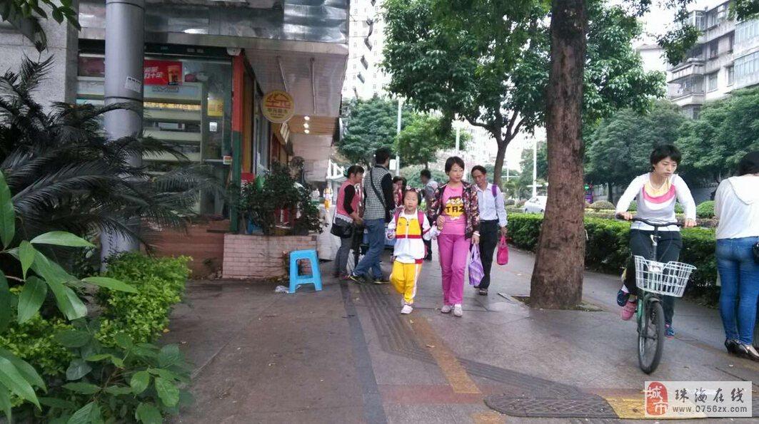 珠海二中高中学校门口.走鬼乱摆乱卖不卫生食品.学生吃了拉肚子.求助!