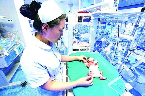 市中心医院精心护理超轻早产儿