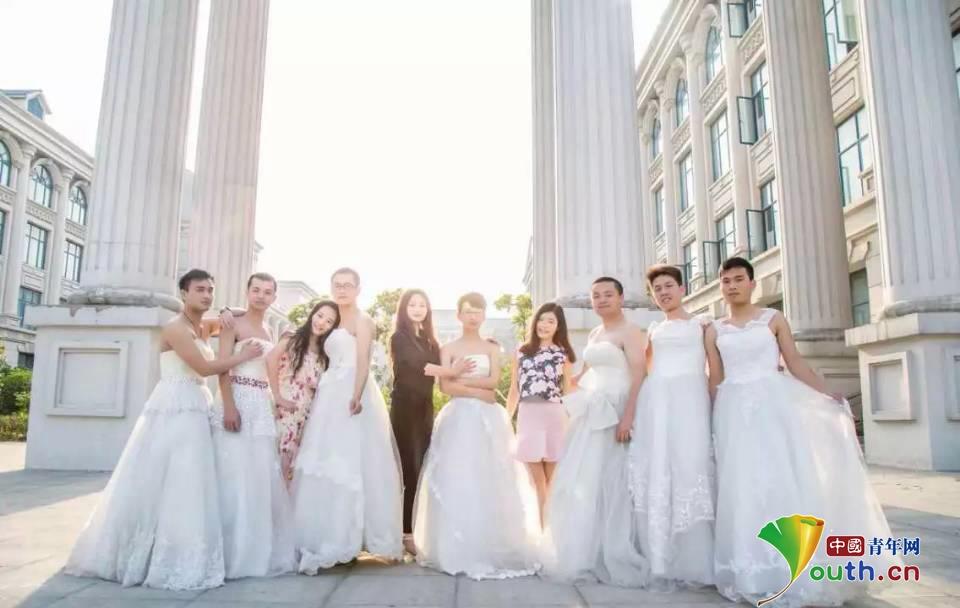 河南商丘婚纱照_图河南商丘男生集体穿婚纱拍毕业婚纱照醉了