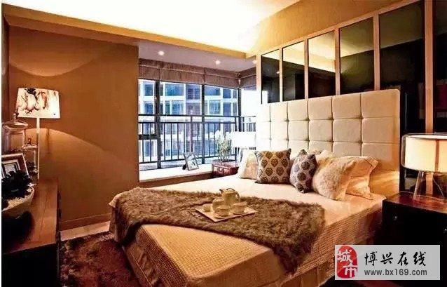 在卧室的设计上,设计师要追求的是功能与形式的完美统一、优雅独特、简洁明快的设计风格。在卧室设计的审美上,设计师要追求时尚而不浮躁,庄重典雅而不乏轻松浪漫的感觉。 1、安静 卧室是为家人提供睡眠、休息的场所,当然要有一个安静的环境。推荐大家在进行卧室的装修设计时,尽量保持卧室的功能单一性,要知道功能越简单的卧室受到打扰的可能性就越低、舒适度也会随之越高。