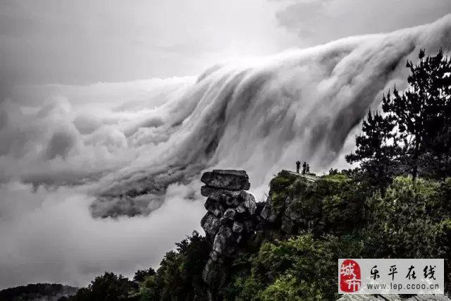 江西省庐山风景区百年不遇的奇景,在庐山领袖峰出现日晕景致.