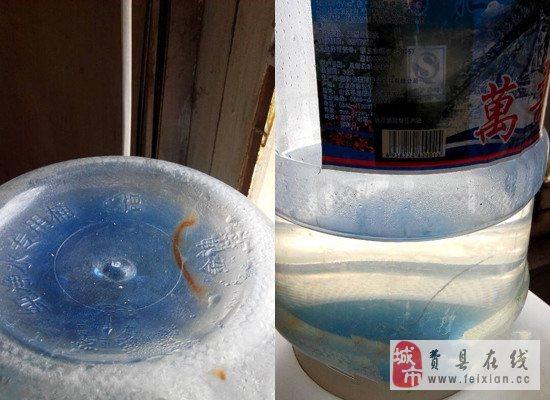 可清晰的看到水桶内有一根细长铁丝(右)桶底还有印