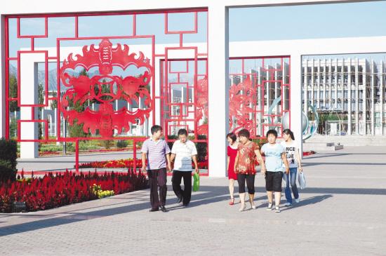 2009年,包头市土右旗萨拉齐镇建设的生态园已经初见规模,目前每天有大批游人前来观光。4月底记者来到时,适逢杏花桃花盛开,桃红杏白,杨柳鹅黄嫩绿,景色十分迷人。 萨拉齐生态园位于110国道到镇里的道边上,这里原来是果园。北京九台公司投资3000万元进行建设,目前已经完成投资2100万元。生态园占地1025亩,该项目充分保留果园内原有果树资源,并适当增加植物种类,草灌乔木分配合理。 目前,公园大门、中新广场、人工湖、雕塑等主要景观建设工程移交完工,免费向游客开放。公园道路、景区绿化、景观建设剩余工程以及儿