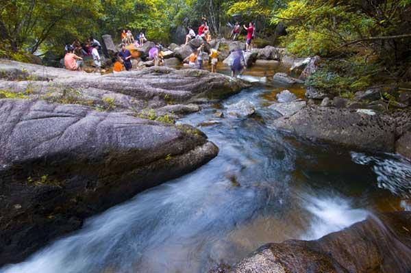 """贺州十八水旅游景区 十八水景区简介 广西贺州十八水原生态景区位于广西贺州市境内,距市中心仅21公里,景区共有二十多个景点。景区内有飞瀑十道、水湾十八处,故名""""十八水""""。景区于2007年""""五一""""对外营业, 2010年8月被评为""""国家AAAA级景区""""。十八水景区发源于岭南萌诸岭之姑婆山脉,总面积18平方公里,属国家级重点保护原始深林,是贺州市最新发现的自然生态与人文资源均十分丰富的旅游休闲风景区。   十八水景区山高林深,瀑布成群,奇石斗妍,古树参天"""