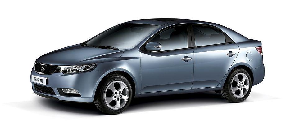 起亚福瑞迪(Forte)是起亚运用尖端技术、耗资2亿美元、历时29个月研发的全新力作。从整体上来看,Forte吸取了不少Koup概念车的设计元素,通过大量的直线和折边,一改以往韩系车圆润柔和的设计路线,充分体现了彼得•希瑞尔为起亚车型注入的全新设计思路。