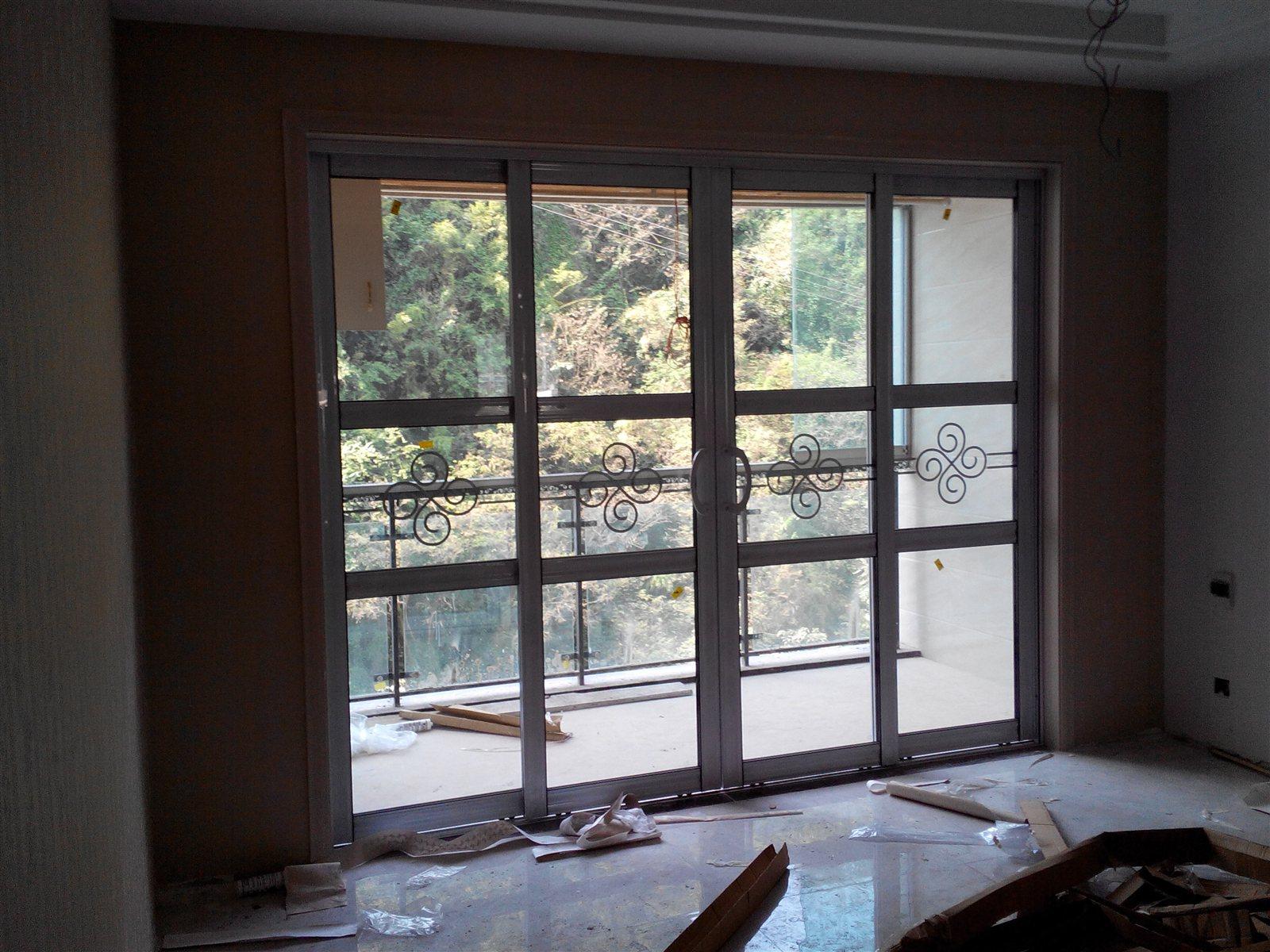随着人们对于现代的家居理念的理解,越来越多的人倾向于让有限的空间显示出更大的容积,因此推拉门就成为了现代家庭装修不可缺少的一部分。下面一起跟小编来看一下阳台推拉门的标准尺寸是多少,阳台推拉门有哪些选购原则吧。 一、阳台推拉门的标准尺寸是多少 1、阳台推拉门的标准尺寸之高度尺寸 虽然阳台推拉门的尺寸大小可以自己确定,但也要考虑整体的协调性,例如:3米宽的阳台,那么阳台推拉门尺寸的高度一般在2.