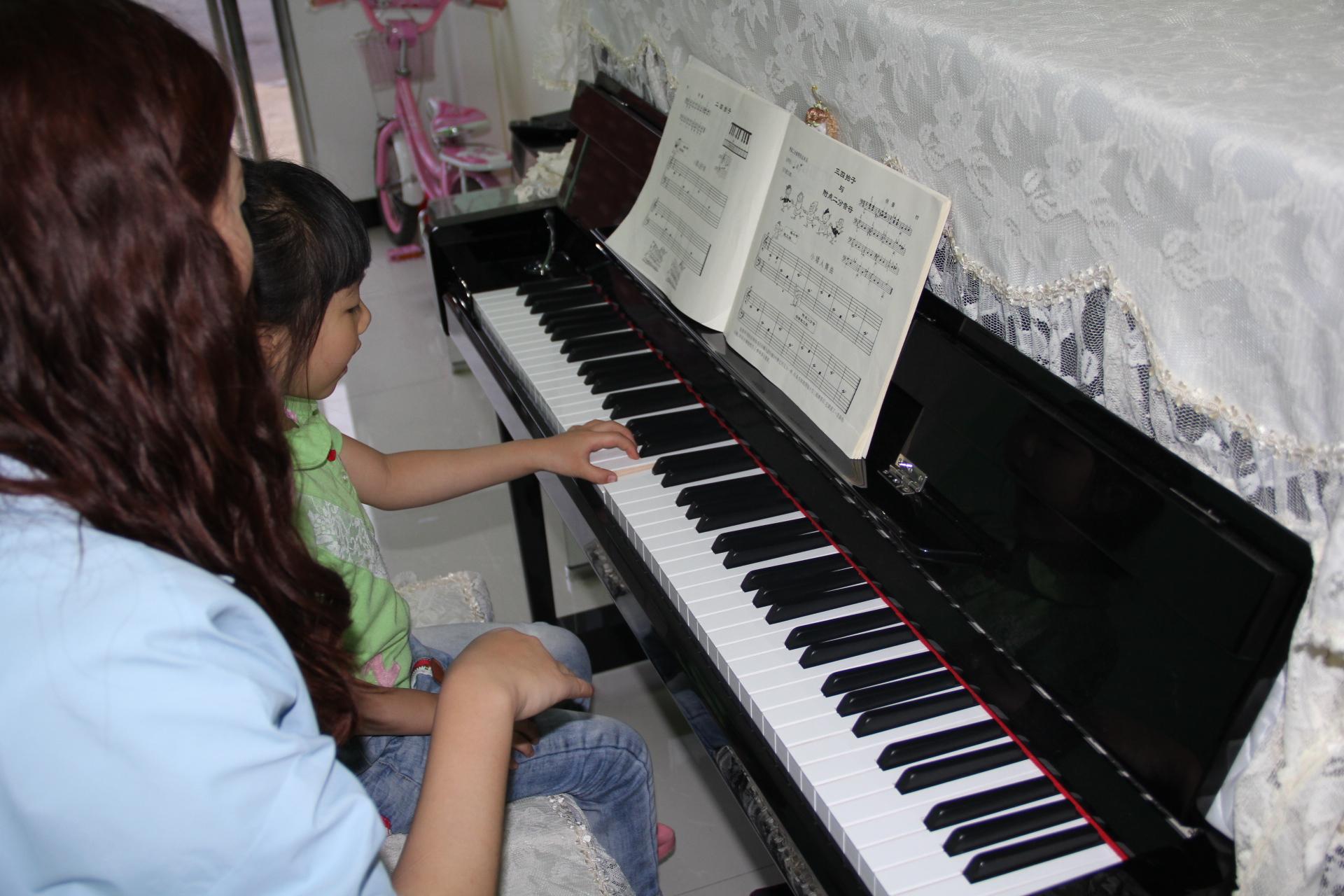 学习钢琴中