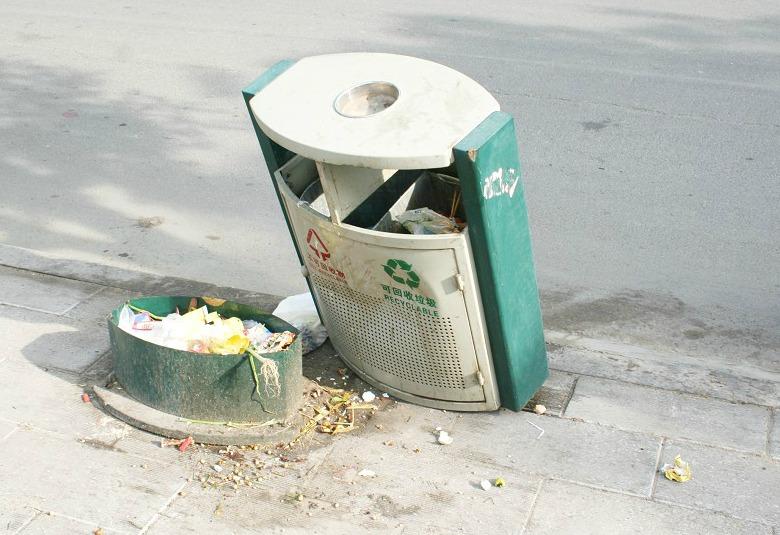 你看,这多漂亮的垃圾箱,刚换了不到一个月就被破坏了,真让人痛心。近日,不少莱阳市民拨打本报热线反映,路边的垃圾箱遭到损坏,无法正常使用,给莱阳市民的生活造成了不少影响。 在莱阳昌山路,市民孙女士出门正要扔垃圾,发现路边的垃圾箱被严重破坏,已无法正常使用。我今天出来扔垃圾,走到垃圾箱旁却发现垃圾箱被破坏了,已经无法使用了。这么漂亮的垃圾箱就这么被破坏了,太可惜了。莱阳市民孙女士说道,昨天我送垃圾时这垃圾箱还好好的,可能是昨晚被人破坏了。新式垃圾箱更换不久,有些路段的垃圾箱不仅惨遭破坏无法使用,除