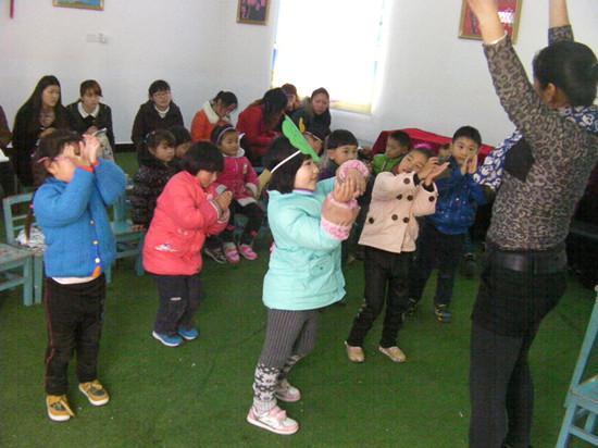 3月25日下午,在大桥幼儿园多功能活动室内,青年教师们围坐在小朋友的身后观摩着由业务园长谢亚琴、园长助理陈芳给她们带来的公开课。自2013年9月教师队伍结构调整后,大桥幼儿园为全面提高青年教师的业务素质开展了多种形式的培训、学习。本次活动为师徒结对研讨活动,通过有经验的老教师的示范讲解,新教师的实践来促进新教师的成长。活动从3月25日下午起至3月27日上午止。通过本次活动,不仅提升了青年教师的业务技能,同时也给她们增进了信心。
