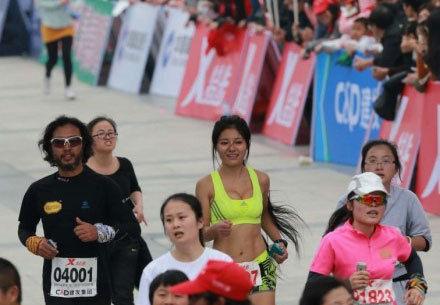 信阳 最美马拉松女孩 走红图片