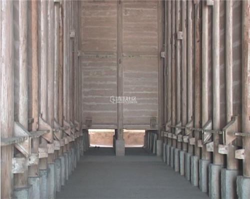 """该建筑为木构架砖墙结构,重檐四坡瓦顶,因外形似轿,因名""""轿顶仓""""."""