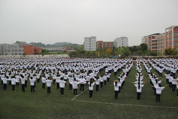 仪陇宏德中学接受省阳光体育示范校专家组评估检查