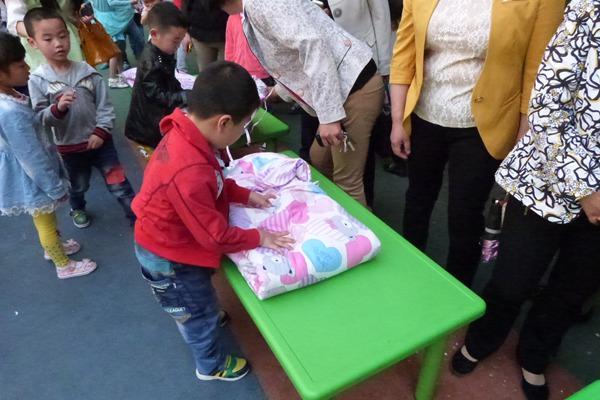 比赛根据幼儿年龄特点和发展水平制订了穿袜子,穿鞋子,叠被子