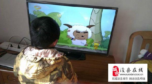 把孩子的座位安放在距离电视机