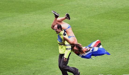 北京时间5月11日晚间,意甲桑普多利亚2:5负那不勒斯,比赛过程中有一名桑普多利亚美女球迷现场裸奔。 在本轮意甲桑普多利亚对阵那不勒斯的比赛中,球场上出现了一位不速之客,一位身着比基尼、身披桑普多利亚队旗的性感女郎闯入场内,但在女郎还未来得及行动之际,球场保安迅速将其抱起,扛在肩上拖出了场外。 最终那不勒斯客场5-2取胜,获得意甲第三,上周那不勒斯还夺得了意大利杯的冠军。