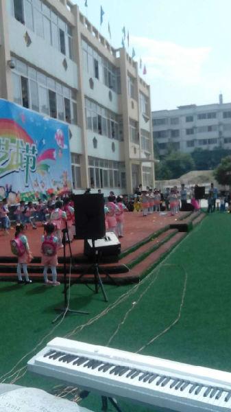 西峡县天童幼儿园昨日举行第一届艺术展