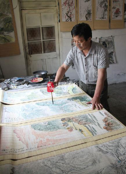日,在博兴县经济开发区新庄村,张华森正在创作竹帘画.