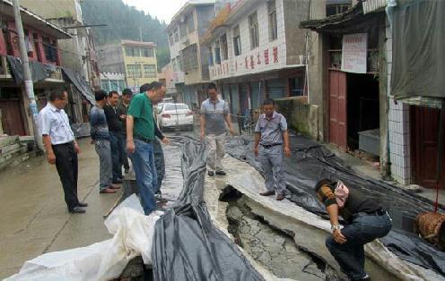 张延高到兴隆乡大河桥村等地查看地质灾情