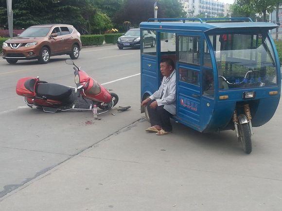 阜宁县城河路一辆三轮车和电动车相撞