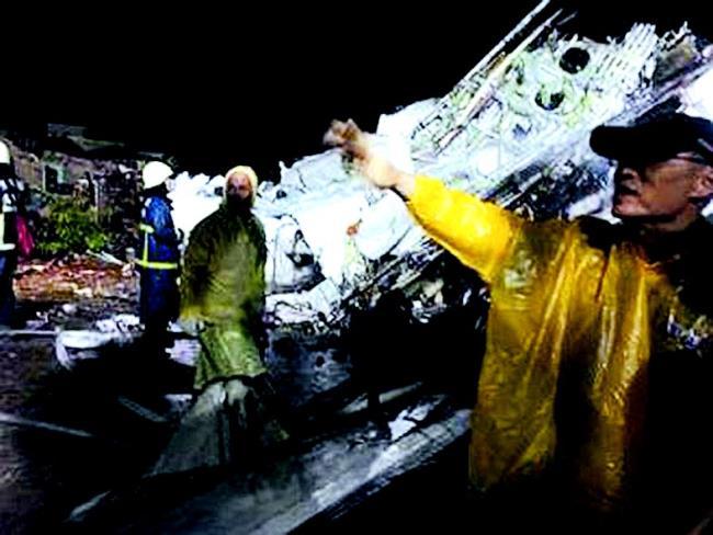 台湾一客机紧急迫降坠毁